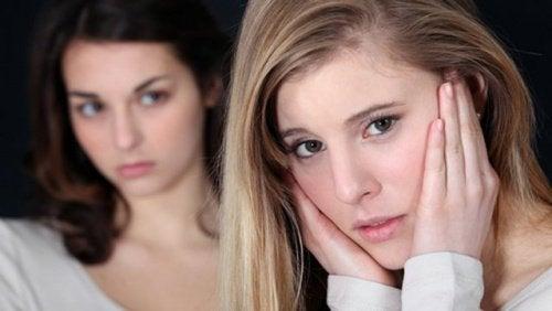 Moça com mulher tóxica
