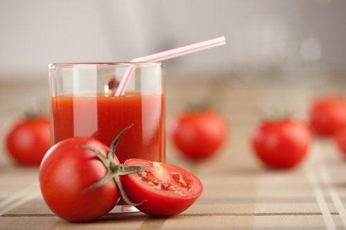 O suco de tomate pode ajudar a fechar os poros dilatados