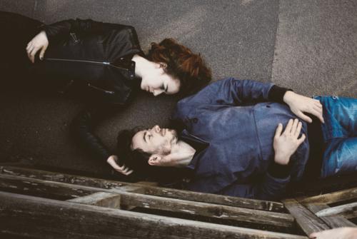 Casal apaixonado deitado no chão