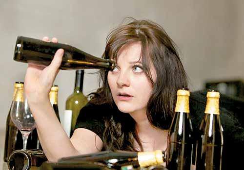 Mulher com vívio no álcool