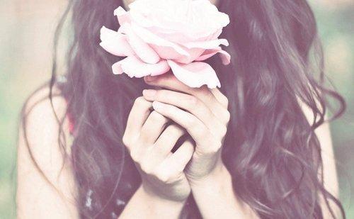 Mulher com uma flor.