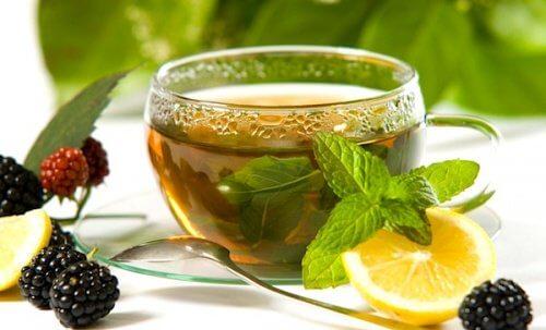 Bebida de chá verde, limão e gengibre
