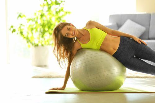 Mulher fazendo exercício com bola