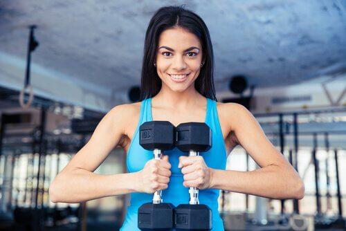 Mulher fazendo exercício com pesos