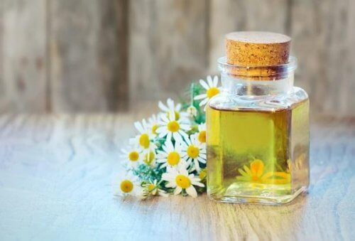 Máscara de aveia, mel, azeite de gerânio e camomila para reduzir o ressecamento da pele