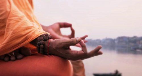Mãos meditando