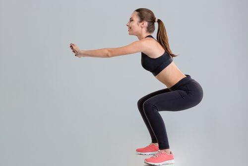 Mulher fazendo exercícios para manter o abdômen plano