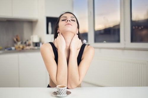 Mulher cansada tomando um café
