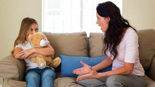Mãe discutindo com a filha