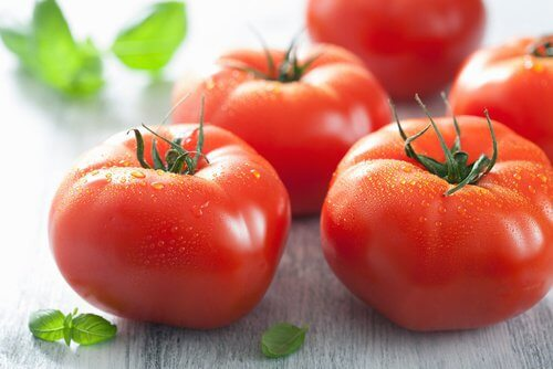 Máscara de tomate para clarear a pele