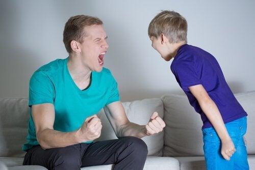 Pai brigando com o filho