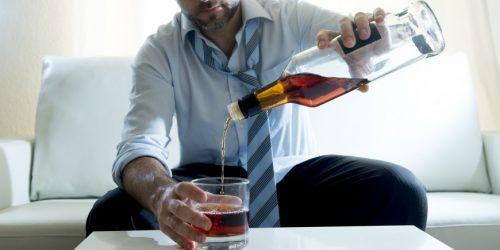 Homem com vício no álcool