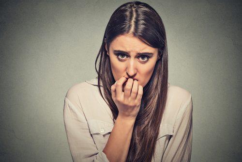 Mulher que sofre de ansiedade