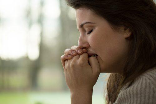 Mulher fazendo exercícios para controlar a ansiedade