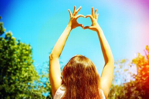 Mulher fazendo coração com as mãos