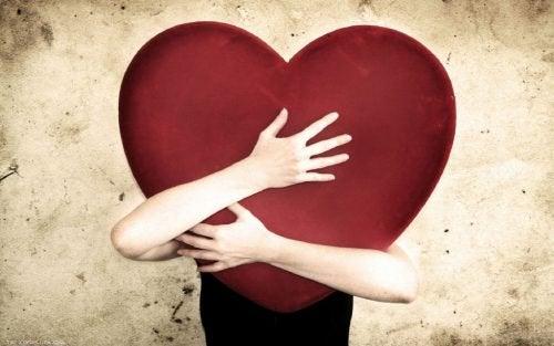 Pessoa com baixa autoestima abraçando seu coração