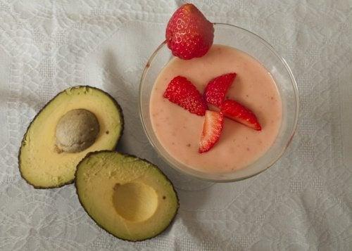 Abacate com frutos vermelhos para pessoas com fibromialgia