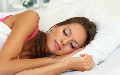 Mulher dormindo sem enxaqueca