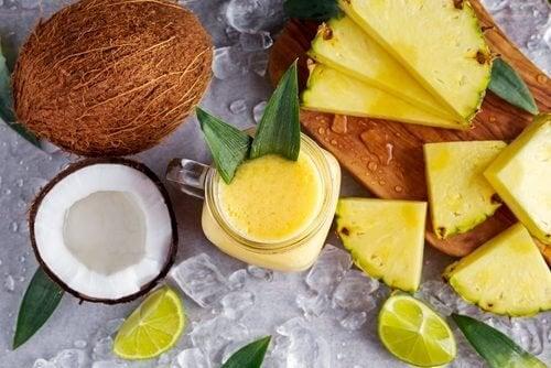 Bebida de coco, abacaxi e gengibre para perder peso e eliminar líquidos