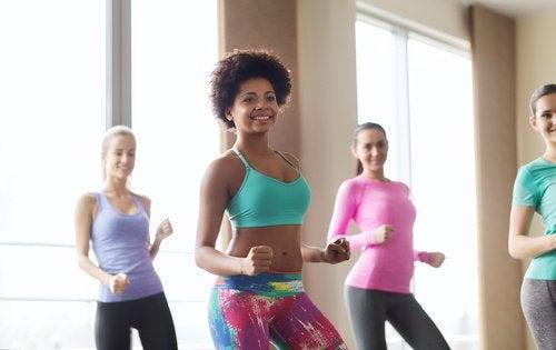 Mulheres dançando para queimar calorias