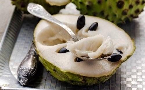 9 benefícios de comer fruta-do-conde
