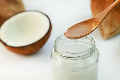 Esfoliante de azeite de coco e sal grosso para amaciar os calos dos pés