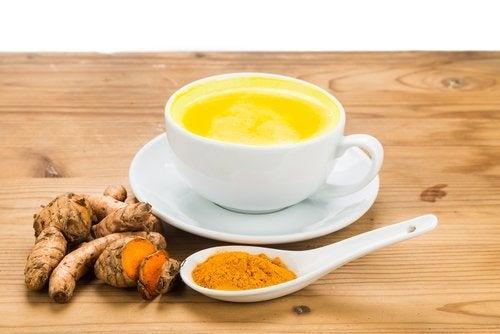 Chá de cúrcuma para evitar as alergias sazonais