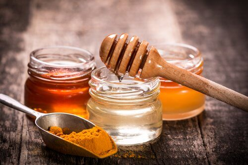 Máscara de mel e cúrcuma