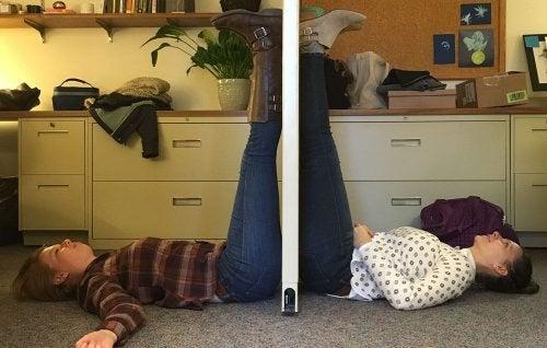 Mulheres colocando pernas para o alto