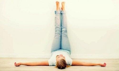 Coloque suas pernas para o alto por 20 minutos todos os dias