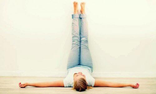 Coloque suas pernas para o alto por 20 minutos todos os dias. Os benefícios são incríveis!