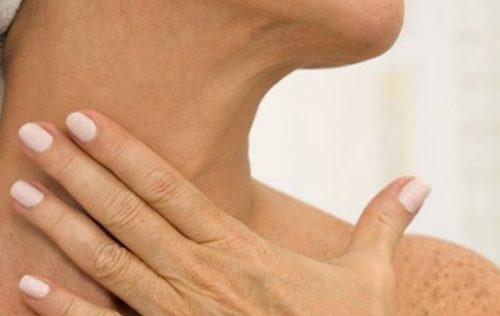Mulher mostrando sinais de envelhecimento no pescoço