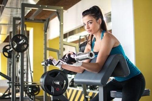 Mulher fazendo exercícios para fortalecer os braços