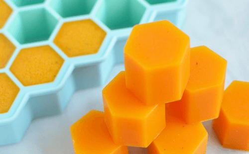Cubos de gelatina com mel e cúrcuma