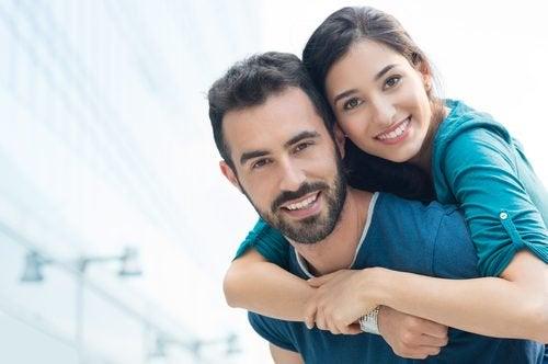 O casal feliz compartilha atividades