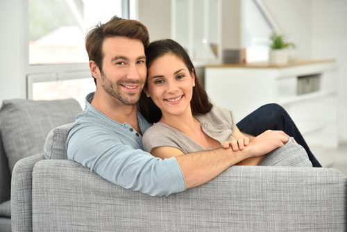 O casal feliz expressa seus sentimentos
