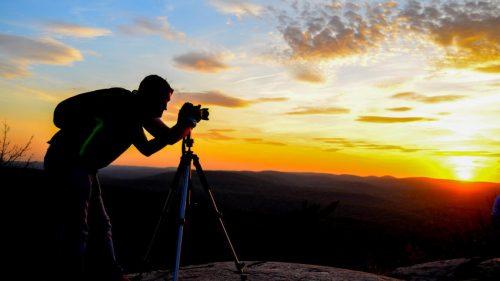 Homem se dedicando ao seu hobby de fotografia