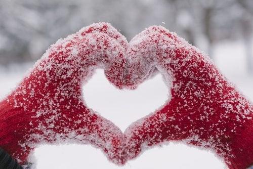 Proteger as mãos do frio para cuidar das unhas