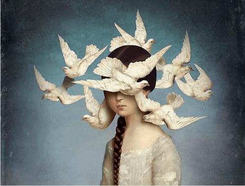 Mulher com pombas sobrevoando sua cabeça