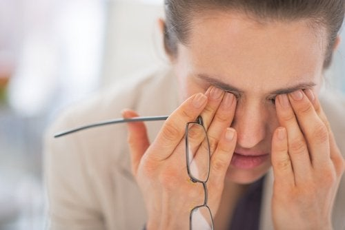Mulher com insônia esfregando os olhos