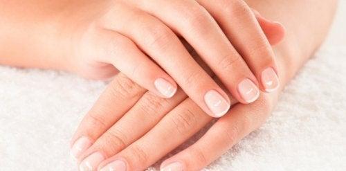 9 dicas para cuidar das unhas por dentro e por fora de maneira natural