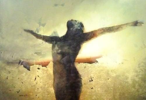 Mulher se sentindo livre por ter acabado com o estresse