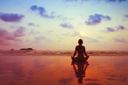Pessoa feliz meditando