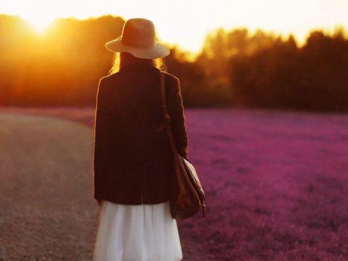 Mulher buscando a felicidade