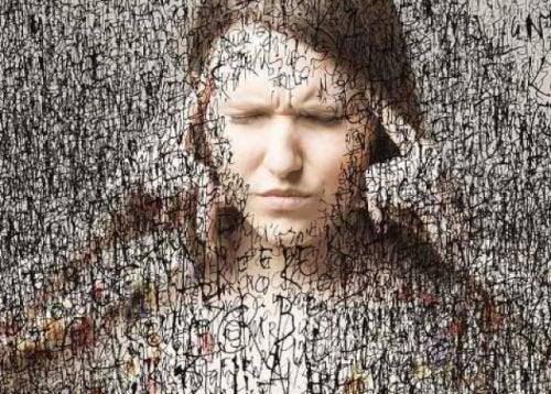 Mulher com pensamentos ruminantes