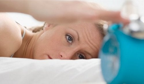 a insônia pode desencadear tiques oculares