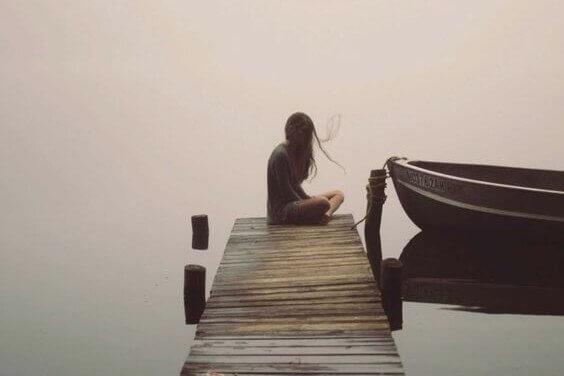 Mulher sentada em silêncio