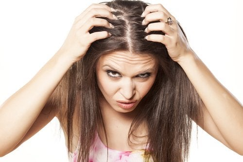 Mulher que padece de queda de cabelo