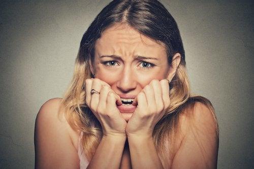 Mulher preocupada porque seus pés transpiram em excesso