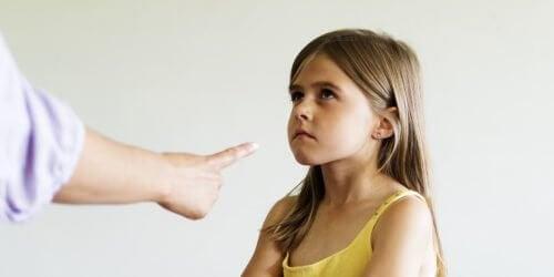 Criança escutando gritos do pai